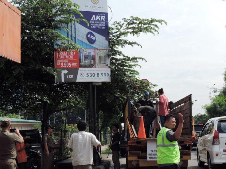 Tim penertiban UPPD Kembangan menertibkan papan reklame berukuran 2x4 di simpang jalan Kembangan