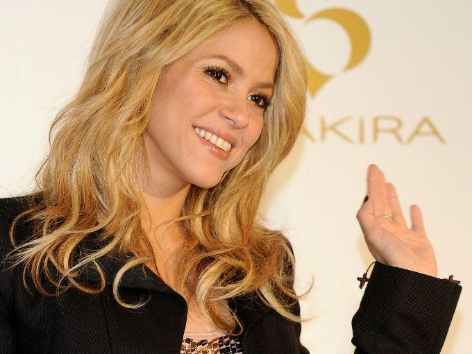 Casado con la cantante Beyoncé y recién convertido en padre, sin duda alguna, Jay-Z debe ser uno de los hombres más felices del mundo en la actualidad. Y por si fuera poco, su discográfica ha firmado a una de las estrellas del momento: Shakira.  Según informó el portal Contactmusic, la colombiana ha sido la última en firmar un contrato con la discográfica Roc Nation, propiedad del neoyorquino, con quien está trabajando ahora para dar un giro en su carrera musical y seguir ascendiendo.