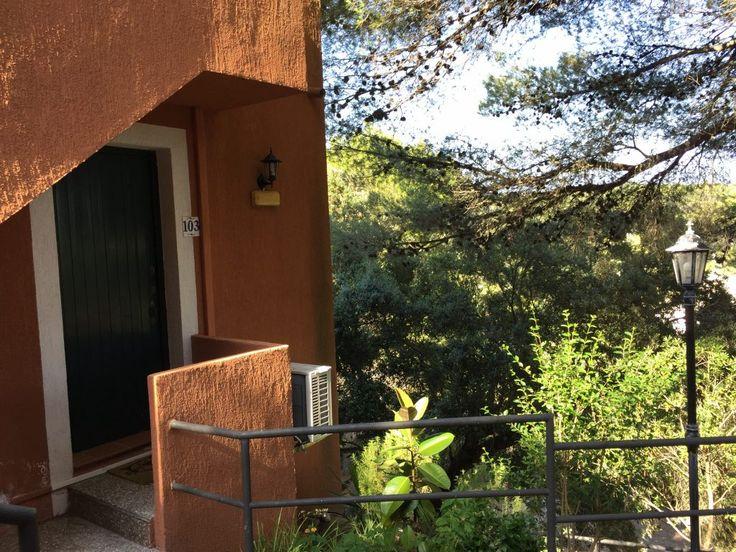 #Alquiler de #Apartamento en Cala Galdana #Ciudadela #Menorca, con vistas maravillosas. De unos 45 metros cuadrados. Muy cerca de la playa. Consta de 1 dormitorio con dos camas, baño, salón comedor, televisión, aire acondicionado, cocina vitro cerámica, agua caliente. Dos armarios empotrados y un mueble librería en dormitorio. Se alquila completamente amueblado.  Se alquila por un periodo mínimo de seis (6) meses. El importe de la renta es 675 euros. Comunidad, agua y luz incluidos.