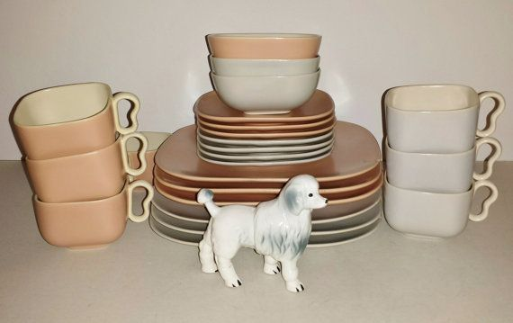 Beautiful Mid Century set of Franciscan Ware. Hard to find, there are six dinner plates, seven saucers, seven cups, three bowls. No cracks or crazing,there are a few small chips shown in pic four five pieces. Franciscan Ware made in California, USA. International shipping welcome, convo postal code for a ship rate.