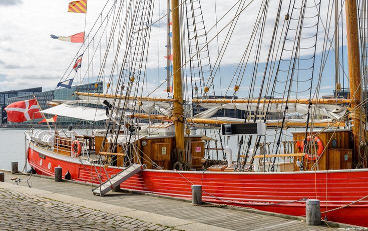 Forleden var jeg forbi Islands Brygge, da jeg havde hørt at 'legeskibet' Lilla Dan lå til kaj nær ved kulturhuset. Vejret i år, har endnu ikke været noget at skrive hjem om, så derfor griber jeg de få sol chancer der byder sig, så jeg kan få fotograferet lidt. #LillaDan #Legeskibet #Islandsbrygge #Skonnert