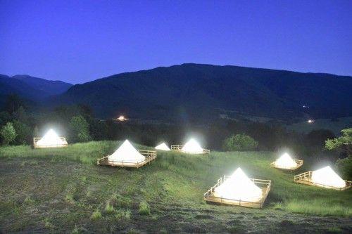 În România s-a deschis primul Camping de lux. Poți face baie în ciubere cu apa calda. Vezi cât costă o noapte de cazare: