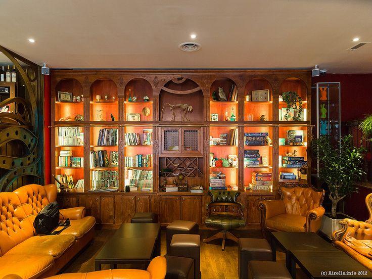 Le Dernier Bar Avant la Fin du Monde, seul bar officiellement geek à Paris, vous fera voyager sur 3 niveaux à travers des décors sublimes aux thèmes aussi variés que steampunk, SF, fantasy, cyberpunk, et même piraterie.