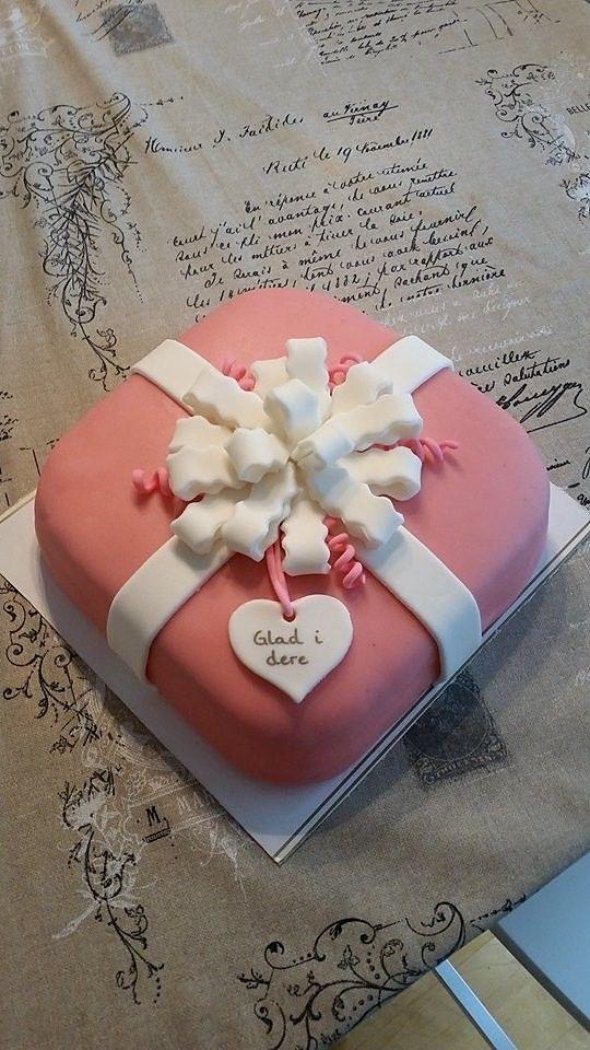 Verdens beste kake med syrlig bringebærmousse,søt stratoskrem  og knasende sjokoladebiter