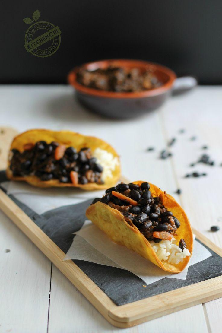Tacos con chili di fagioli neri e basmati agli agrumi un piatto completo e goloso da condividere con gli amici davanti alla partita o ad un film