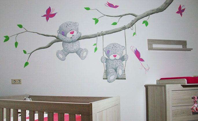 Me2You beertjes met grote tak voor in de babykamer. De tak kan natuurlijk ook met één Me to You beertje, of met een boom of op een andere manier aangepast worden door BIM Muurschildering.