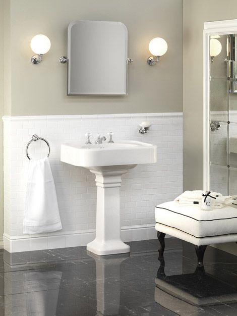 Devon&Devon  Blues è una collezione di sanitari in fine porcellana bianca che comprende: lavabo di grandi dimensioni (1 o 3 fori per rubinetteria) con colonna, wc e bidet a cassetta alta o monoblocco. In foto è presenato il lavabo Blues su colonna, posizionabile anche su consolle realizzata in metallo nelle finiture a catalogo.