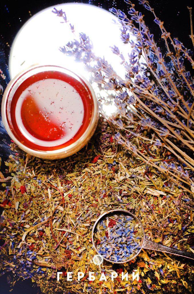 Травяной чай (мелисса и лаванда) Состав: Мелисса, соцветия душицы, цветки лаванды, сушеные ягоды клубники. Сайт: gerbartea.ru