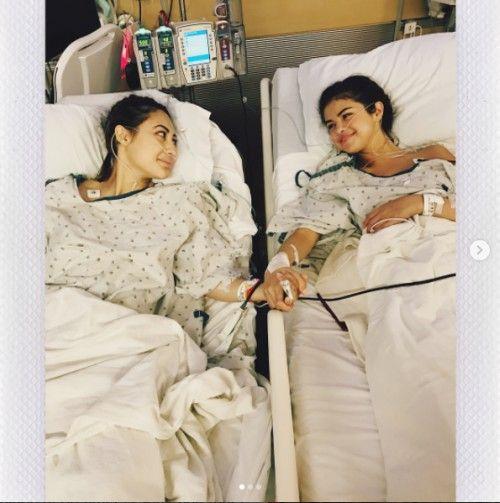 """Selena Gomez también se dijo muy agradecida con su amiga, quien fue la persona que le donó el riñón.  """"No existen palabras que puedan describir lo muy agradecida que me siento con mi amiga Francia Raisa. Ella me ha hecho el regalo más importante y se ha sacrificado donándome un riñón. Estoy increíblemente bendecida. Te quiero mucho hermana"""".  Cabe recordar que el año pasado la cantante se alejó de los escenarios para internarse en un centro de rehabilitación, con el objetivo de aprender a…"""