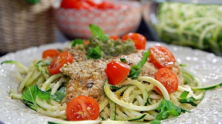 Raw squashpasta med tomatsaus og pesto