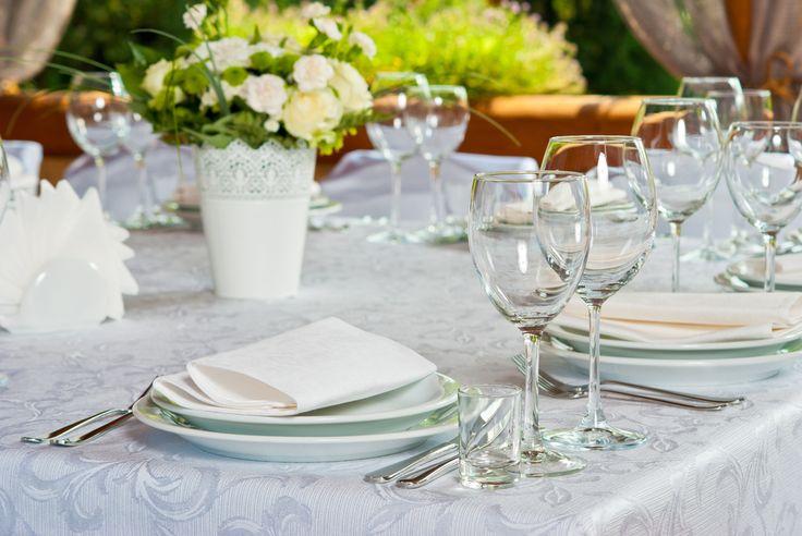 Biała dekoracja stołu, fot. Shutterstock #zastawa #serwis #kwiaty #bukiet #wazony #serwetki #talerze #sztućce #szkło #porcelana #zielony #biały #wesele #komunia #przyjęcie #impreza #święto #ślub papier #obrus #wedding #party #ideas