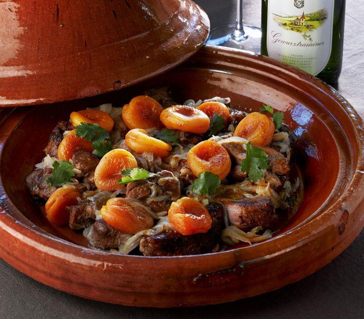 Het kost even wat tijd, maar dan heb je ook wat! Deze heerlijke tajine met lamsvlees en abrikozen is het perfecte gerecht om je gasten mee te verwennen én te verrassen. Serveer met een goed glas Gewurztraiminer van bijvoorbeeld Vins d'Alsace en je avond is compleet. Ben je zelf niet in het bezit van een […]