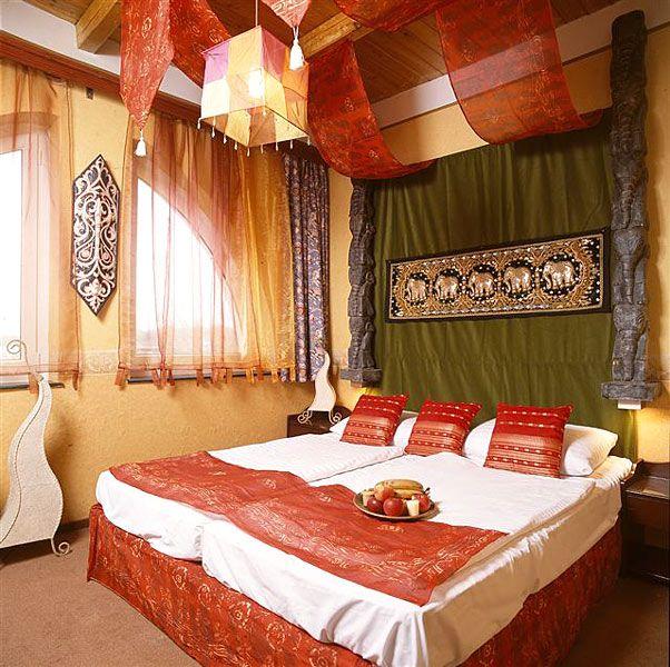 La camera Arabo è decorata in uno stile arabo e con arredi esclusivi che permettono di vivere un'esperienza arabeggiante