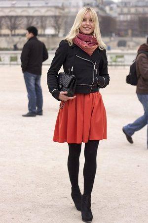 冬は暗めのコーデになりがち、パッっと明るい赤をプラスして。40代アラフォー女性におすすめのフレアミニスカートコーデ♬