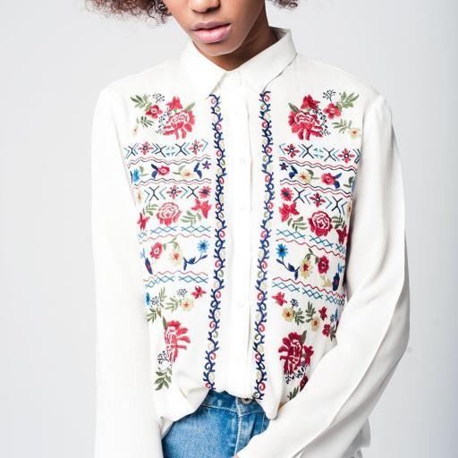 Camisa blanca con bordado floral