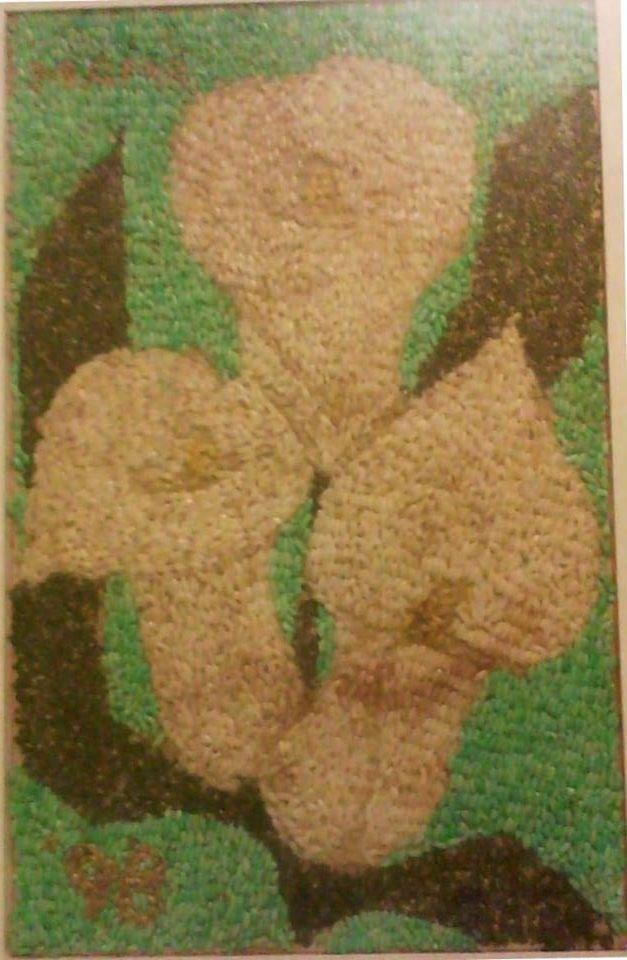 Cuadro de arroz natural y arroz coloreado con pintura vegetal, chía, alpiste y pasta, con cera de Campeche. Fue un regalo del Día de las Madres en el 98 para mi abuelita.
