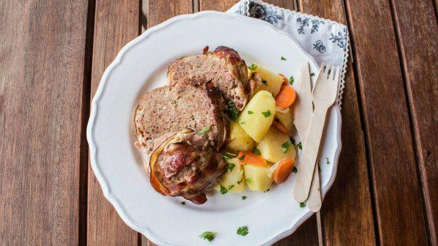 Tereza z blogu Tasty Talkings se s námi podělila o recept na výtečnou sekanou své maminky. Šťavnaté maso ovoněné čerstvými bylinkami a obalené ve slanině získá další chuťový rozměr díky podlití pivem.