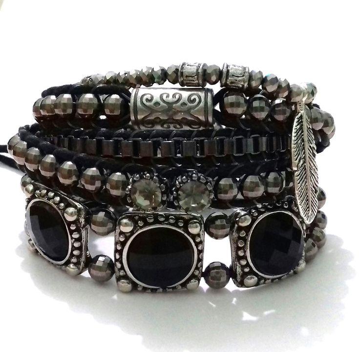 Mix de pulseiras contendo: <br> <br>- 1 pulseira de duas voltas com contas ABS na cor fumê e detalhes em corrente e metal étnico. Possui duas regulagens de tamanho e o fecho é um charmoso botão. <br> <br>-01 pulseira elástica com mini cristais prata e pingente pena de metal prata velha. (18cm) <br> <br>- 01 pulseira prata velha com chatons pretos. Possui duas regulagens de tamanho e fecho de botão.