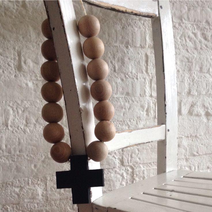 Mooie ketting met kruis en kralen van beuken #hout. Mooi voor aan bijvoorbeeld kast, stoel, muur of bed.