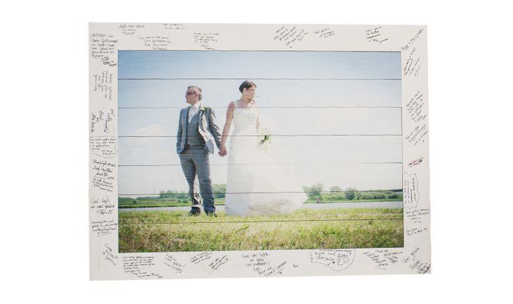 Trouwfoto op hout inclusief gastenboek als omlijsting. #gastenboek #trouwgastenboek #trouwfoto #fotografie #trouwen
