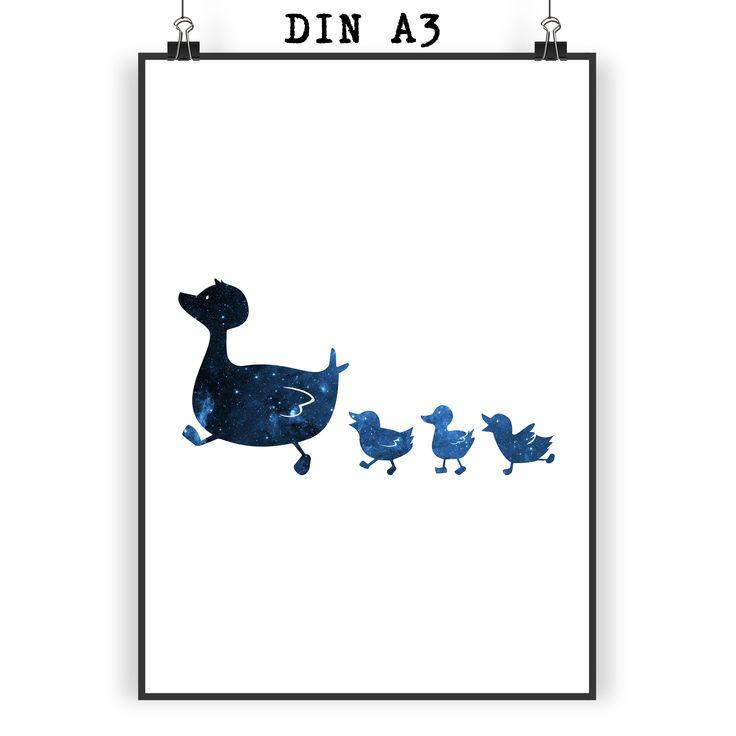 Poster DIN A3 Enten Familie aus Papier 160 Gramm  weiß - Das Original von Mr. & Mrs. Panda.  Jedes wunderschöne Motiv auf unseren Postern aus dem Hause Mr. & Mrs. Panda wird mit viel Liebe von Mrs. Panda handgezeichnet und entworfen.  Unsere Poster werden mit sehr hochwertigen Tinten gedruckt und sind 40 Jahre UV-Lichtbeständig und auch für Kinderzimmer absolut unbedenklich. Dein Poster wird sicher verpackt per Post geliefert.    Über unser Motiv Enten Familie  Die Entenfamilie ist das…