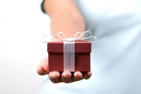 Vandaag Best Corporate Gifts omvatten producten zoals wijnen, geschenkmanden, verzilverd muismatten, hoefijzer sleutelhangers, lederen producten en meer. Tegenwoordig gifting voedsel als een relatiegeschenk wordt het een gangbare praktijk. #relatiegeschenk