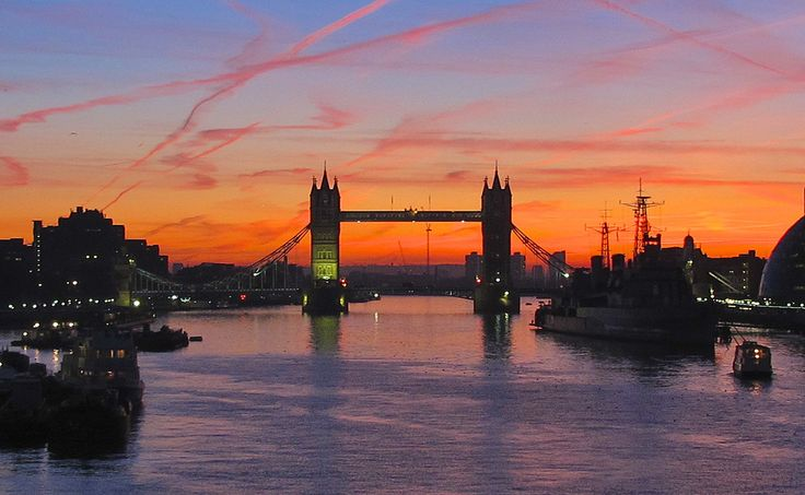 London, Southwark  Just before sunrise in the British Capital in a mild morning in September ...  Good morning from London !