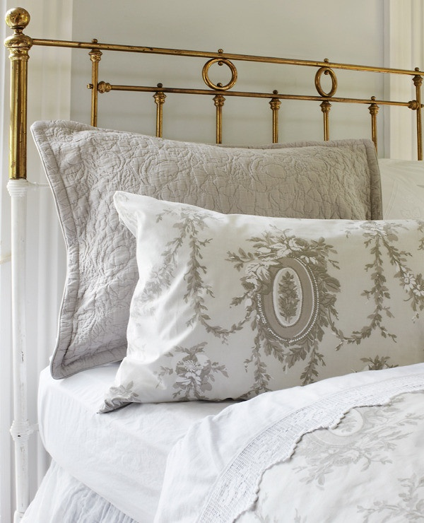 Bedding And Linens Part - 36: Beautiful, Clean White Linens Make A Traditional And Lovely Guest Bed.