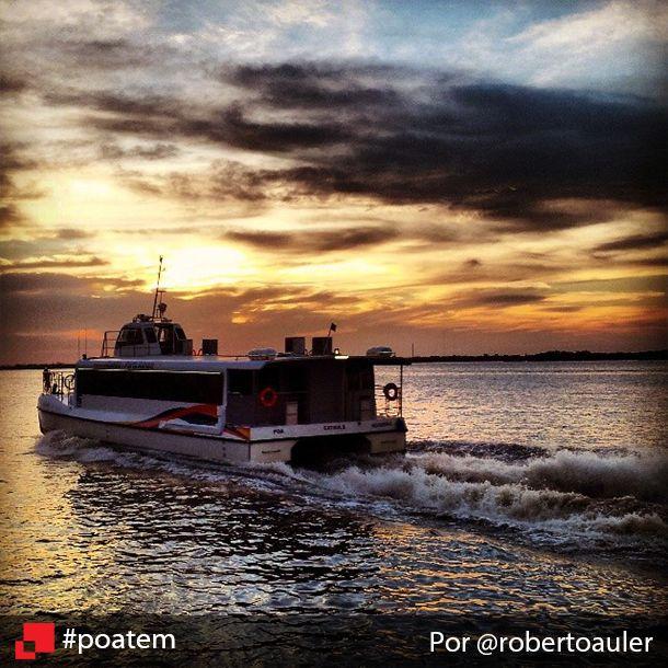 Um registro belíssimo. O exato momento de um barco partindo do Cais Mauá, na capital e, ao fundo, o sempre belo pôr-do-sol no Guaíba. Aliás, o Cais do Porto é um ótimo lugar para se admirar esse momento. Fica a nossa dica! ;) Cais Mauá por @robertoauler #poatem #caisdoporto #sunset #pordosol #igerspoa