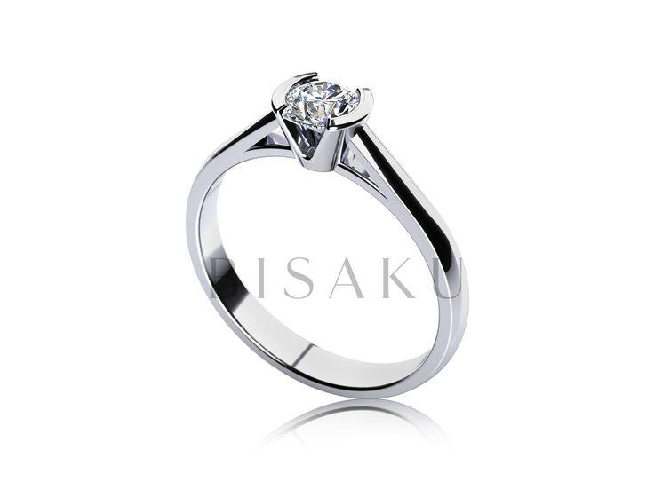 C18 Zásnubní prsten, který se zcela obejde bez charakteristických krapen, které standardě kamínek upevňují. Kamínek je vsazen do kulaté korunky, která jej opticky zvětšuje. Tento zásnubák patří mezi nižší typy a bude tak vyhovovat i sportovně založeným ženám. #bisaku #wedding #rings #engagement #svatba #zasnubni #prsteny