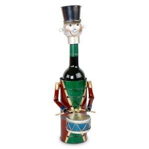 Un'idea regalo veramente originale, il porta bottiglie con la forma di un uomo che suona il tamburo è un oggetto d'arredo che non può mancare nella vostra cucina.  Questo porta bottiglie non è solo piacevole da vedere su di una mensola o sul tavolo ma è un vero e proprio piacevole regalo da ricevere in qualsiasi occasione.  Con questo porta bottiglie non potrete che stupire i Vostri amici e familiari! Un regalo originale e davvero imbattibile!