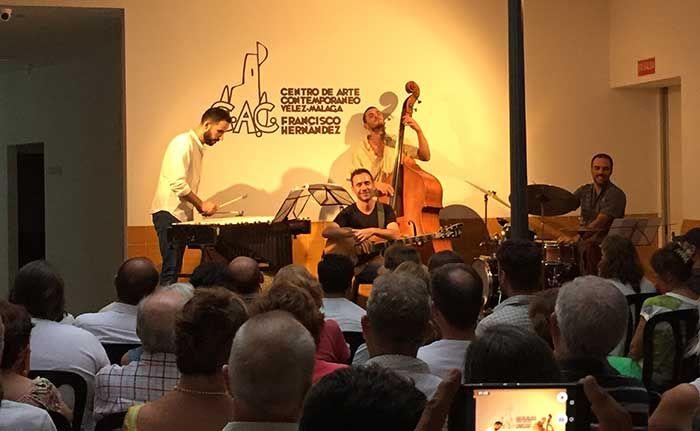 Esta vez, se subía al escenario el grupo Albert Vila Quartet quienes eran los encargados de abrir el programa musical de agosto. Desde las 18:30 horas el público comenzaba a acercarse para ocupar butaca y cerca de la hora del comienzo del show, no cabía un alfiler en el patio del Centro de Arte Contemporáneo de Vélez-Málaga.