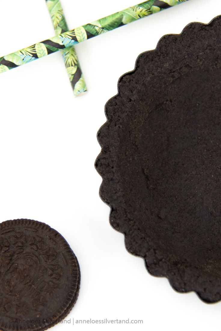 The quickest and easiest way to whip up a pie is by using a no-bake pie crust. This Mint Oreo Pie Crust tastes amazing and only takes little time and effort. #truthfulfood #baking #oreos #pie #mint via @TruthfulLivingCom