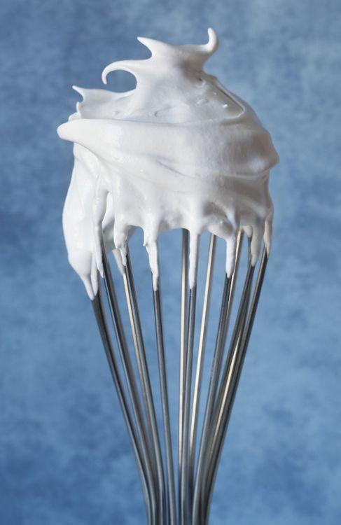Trucos para montar claras o hacer merengue http://www.dondedijehuevodigodagu.com/post/50568007608/trucos-montar-claras-merengue