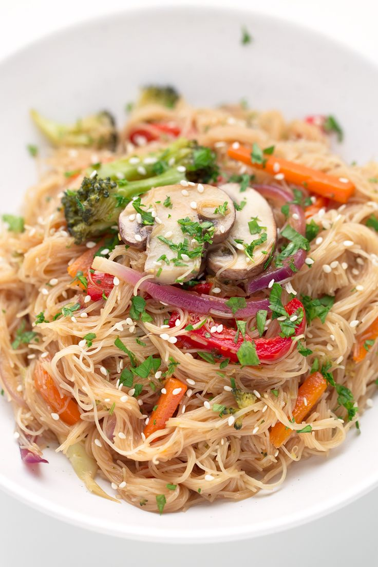 Hemos versionado el tradicional Lo Mein chino y hemos usado champiñones y noodles de arroz para que sea un plato vegano y sin gluten.