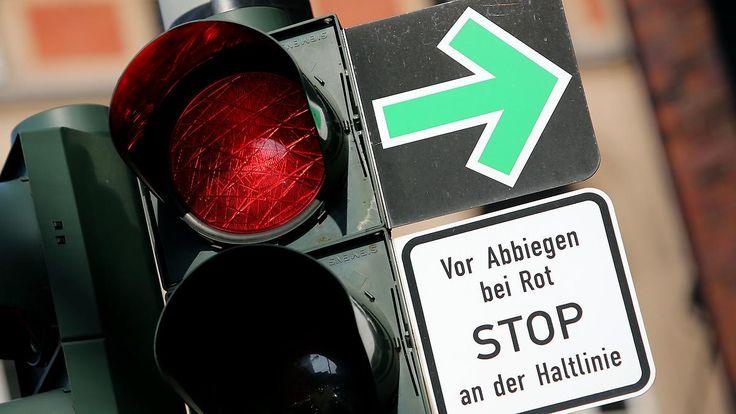 Barfuß auf der Einfädelspur: Fünf zweifelhafte Verkehrsregeln