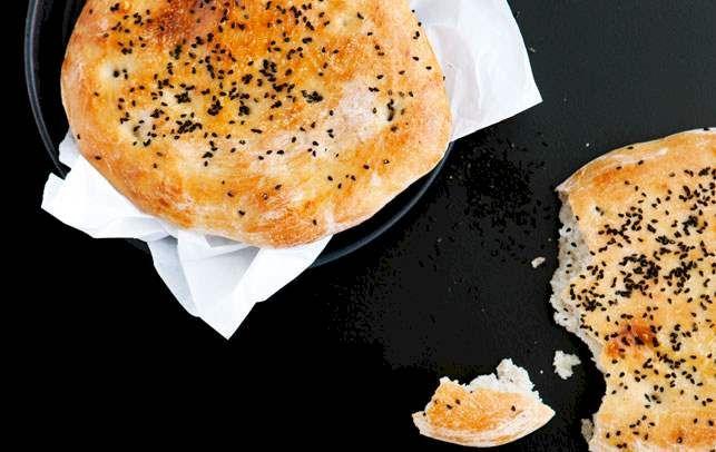 """Lette, sprøde brød med den umiskendelige smag af nigellafrø – også kaldet """"jomfru i det grønne""""."""