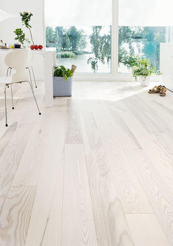 Personal and white colored Ash floor, Ash parquet Olive, sanded white hard wax oiled - Persoonallinen ja valkea saarnilattia, Saarniparketti Olive, hiottu valkoöljyvahattu.