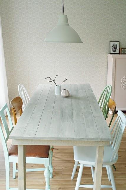 spisebordssæt i træ og behandlet med lyse farver