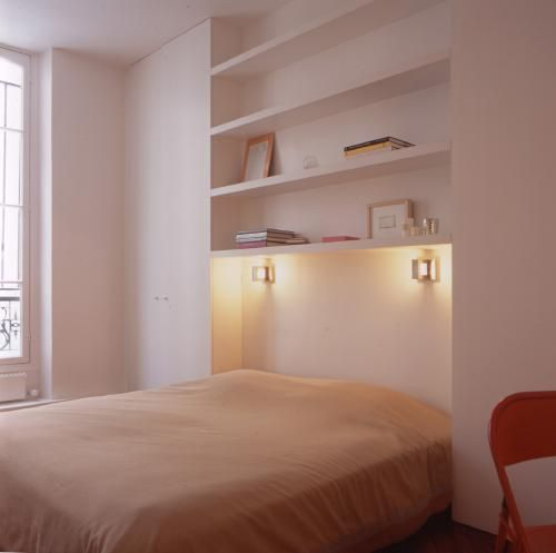 Sylvi Cahen, Etagere au dessus de lit , petite lampe et placard de part et d'autre