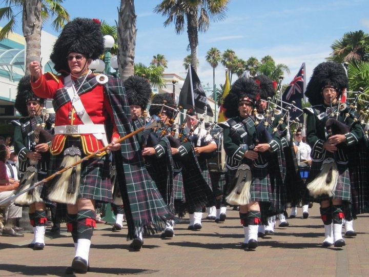 Bagpipes join the Art deco Parade!