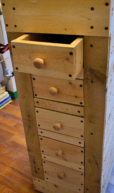 Cabinet made from a pallet (HoH81)