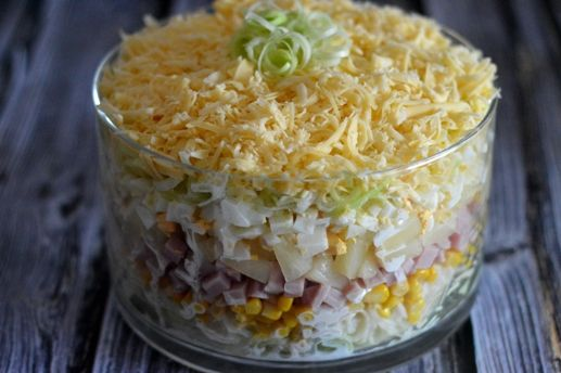warstwowa sałatka z szynką i ananasem. Layer salad with ham and pineapple.