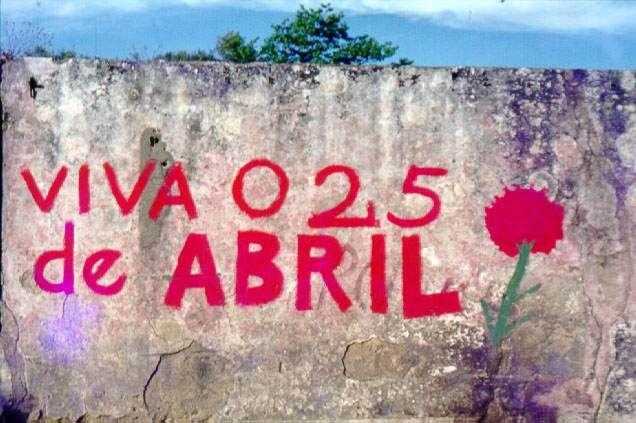 Mural alusivo ao 25 de Abril .Estrada das Laranjeiras, Lisboa. 1978.