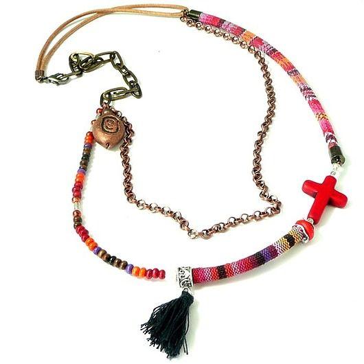 BOHO. Naszyjnik  w stylowy z krzyżykiem / BOHO. Stylish necklace with a cross made of string ethno, decorated with tassel, cross and chains