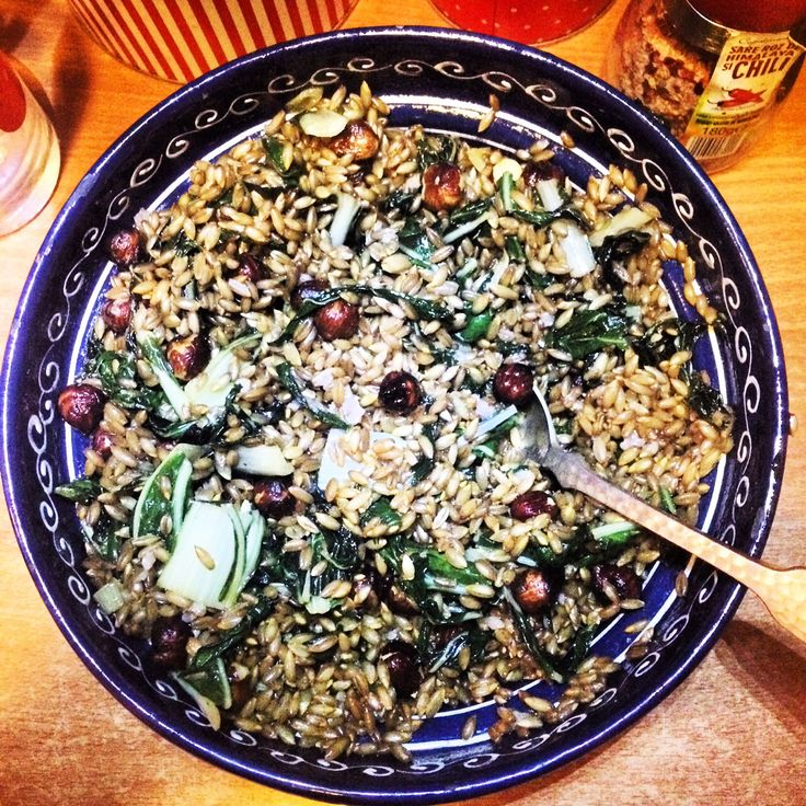 Salată de sfeclă Mangold cu boabe de secară și alune de pădure