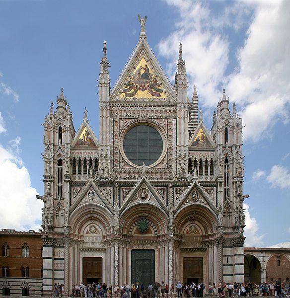"""Fasada zach. katedry w Sienie z przeł. XIII i XIV w. Wyk. z kolorowych marmurów, wzbogacona złoceniami i mozaikami. Kurtynowy parter stanowią uskokowe portale z półokrągłymi archiwoltami zwieńczonymi naczółkiem/wimpergą. Nad gzymsem osiowo osadzone duże okrągłe okno w miejscu rozety, zamknięte w kwadrat z """"ślepych"""" arkadek tworzących bordiurę. Ponad tym osadzona jest bogato zdobiona mozaiką wimperga, flankowana wieżyczkami."""