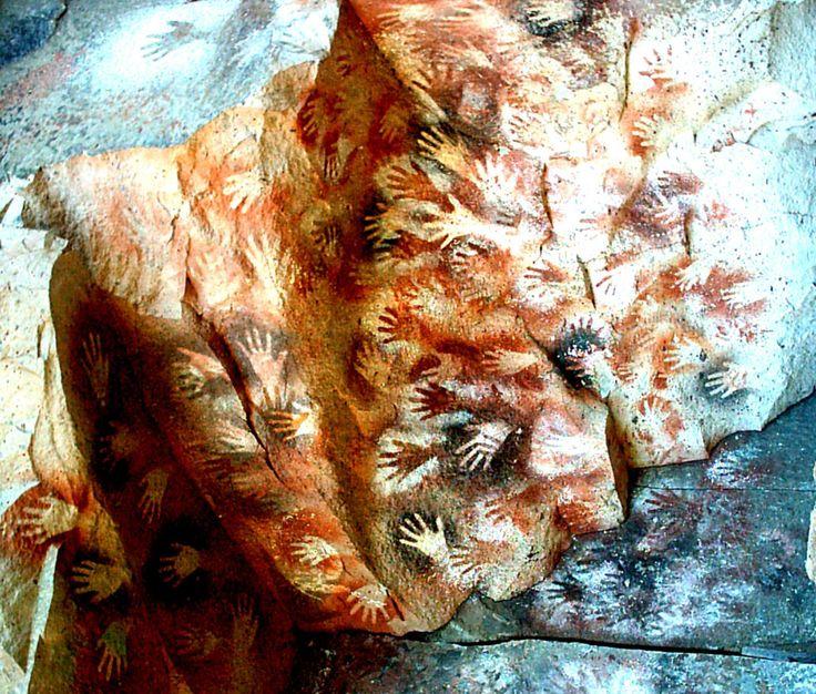 Se descubrió la Cueva de las Manos, una impresionante muestra de arte rupestre, ubicada al sur de la localidad de Perito Moreno en la Provincia de Santa Cruz, Argentina. En la cueva, de 24 metros de profundidad, 15 metros de ancho en la entrada, y unos 10 metros de altura los grabados y las pinturas registran el modo de vida de los habitantes de la Patagonia, hace unos diez mil años. Se registran miles de manos que cubren las rocas además de  figuras humanas en movimiento, animales y…