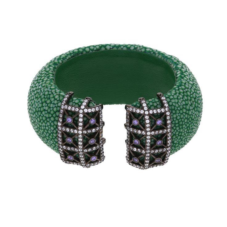 Die Armspange Roccoforte in Grün ist ein Statement Piece, das Eleganz und Extravaganz verbindet. Das gedeckt grüne Rochenleder ist ein Material mit einer einzigartiger Oberflächenstruktur und wird vom Musterelement aus 925 rhodiniertem Silber mit silbernen und lilafarbenen Zirkoniasteinen ideal abgerundet. Ein wahrer Hingucker.