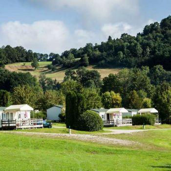 Camping Domaine de l'Épinette in de Jura, Frankrijk |  Ten westen van het plaatsje Lons-le-Saunier, niet ver van het Lac de Vouglans, vind je camping Domaine de l'Épinette, aan de oever van de rivier de Ain. De ideale uitvalsbasis voor wandel- en fietstochten in de natuurrijke omgeving. De middelgrote camping heeft een zwembad en diverse animatie en activiteiten voor jong en oud.